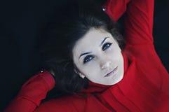 Portret wyśmienita piękna młoda dziewczyna w czerwonej bluzce kawaler Obrazy Royalty Free