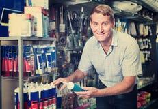 Portret wybiera sealant butelkę męski klient ja Obraz Stock