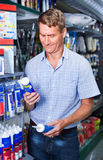 Portret wybiera sealant butelkę męski klient ja Zdjęcie Stock