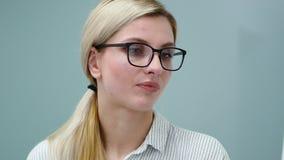 Portret wyja?nia koledzy strategie rozwi?zuje pieni??nych problemy firma bizneswoman zdjęcie wideo