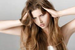 Portret wzburzona kobieta z długie włosy beznadziejność lub migrena fotografia royalty free