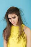 Portret wzburzona młoda kobieta z długie włosy na błękitnym tle beznadziejność obraz royalty free