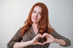 Portret yappy caucasian kobiety mienia serce z palcami Zdjęcia Stock