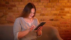 Portret z nadwagą długowłosy żeński freelancer pracuje przyjemnie z pastylką w wygodnej domowej atmosferze zbiory wideo