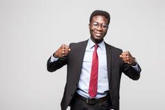 Portret z podnieceniem biznesmen z rękami podnosić w sukcesie na białym tle Zdjęcie Stock