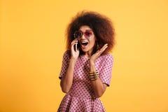 Portret z podnieceniem młoda afro amerykańska kobieta Zdjęcie Royalty Free