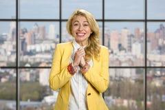 Portret z podnieceniem szczęśliwa biznesowa kobieta Zdjęcie Royalty Free