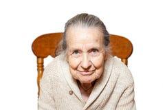 Portret z włosami starsza kobieta, babcia, siedzi na rocznika brązu krześle, odizolowywa białego tło Pojęcie opieka, obrazy royalty free