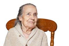 Portret z włosami starsza kobieta, babcia, siedzi na rocznika brązu krześle, odizolowywa białego tło Pojęcie opieka, zdjęcia stock