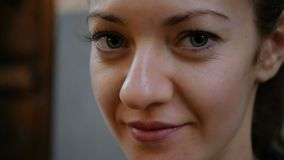 Portret zaaferowana dziewczyna która patrzeje w kamerę piękne niebieskie oczy Młodzi ludzie pozują zdjęcie wideo