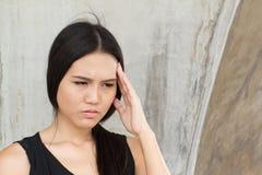 Portret zaakcentowana kobieta z migreną, stres, migrena, brzęczenia zdjęcia royalty free