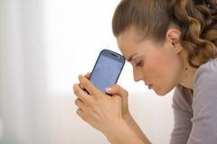 Portret zaakcentowana młoda kobieta z telefonem komórkowym Zdjęcia Royalty Free