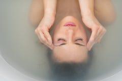 Portret zaakcentowana młoda kobieta w wannie Obraz Stock