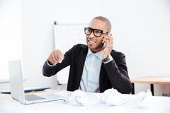 Portret zaakcentowany biznesmen opowiada na telefonie Zdjęcia Stock