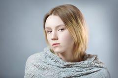 Portret zadumana dziewczyna w szarych pastelowych kolorach Zdjęcie Stock
