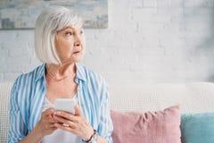 Portret zadumana starsza kobieta zdjęcia royalty free