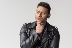 Portret zadumany młody amerykanina afrykańskiego pochodzenia mężczyzna odizolowywający zdjęcia stock
