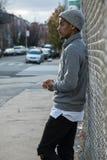 Portret zadumany, młody murzyn w mieście, - NYC Fotografia Stock