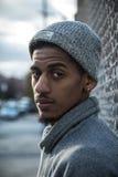 Portret zadumany, młody murzyn w mieście, - NYC Zdjęcie Stock