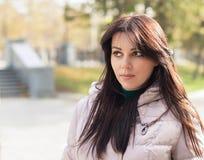 Portret zadumany miastowy dziewczyny odprowadzenie w miasto parku Obraz Stock