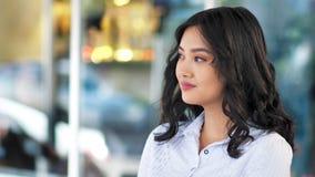 Portret zadumany uśmiechnięty Azjatycki bizneswoman lub uczeń ma przerwę pije kawę zbiory wideo