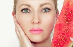 Portret Zakończenie piękna młoda kobieta z melonem Pojęcie zdrowa i nawilżona skóra Z Pięknymi oczami obrazy stock