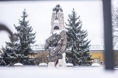 Portret zakrywający w śniegu przy Moskwa piękna statua Obrazy Stock