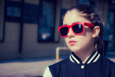 Portret zamknięty elegancka dziewczyna w czerwonych okularach przeciwsłonecznych up zdjęcie royalty free