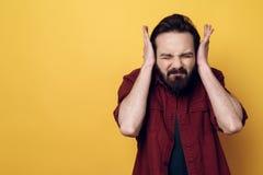 Portret Zaniepokojonego Atrakcyjnego mężczyzny Nakrywkowi ucho obraz stock