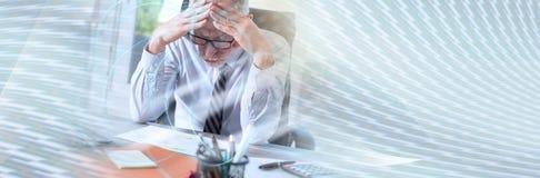 Portret zaniepokojony biznesmen, lekki skutek sztandar panoramiczny fotografia stock