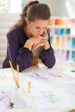 Portret zaniepokojony projektant mody w biurze fotografia stock