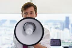 Portret Zekere Bedrijfsmens met Megafoon in Bureau Royalty-vrije Stock Foto