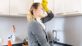 Portret zmęczony młody gospodyni domowej obcierania pot od czoła Zdjęcia Royalty Free