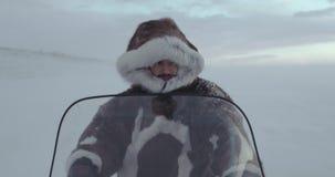 Portret zmęczony podróżnik z kapiszonu futerkiem na snowmobile YAMAL 2016 wyprawa Czerwona epopei 4k kina kamera HD zbiory