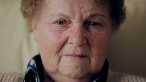 Portret zmęczona starsza kobieta zbiory wideo
