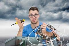 Portret zmieszany ja profesjonalista z śrubokrętem i kablami przed ope Zdjęcia Stock