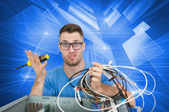 Portret zmieszany ja profesjonalista z śrubokrętem i kablami przed ope Obraz Stock