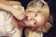 Portret zmysłowa atrakcyjna kobiety łasowania czekolada na br Obraz Stock