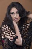 Portret zmysłowa młoda kobieta z kędzierzawym, upaćkanym włosy/ Zdjęcia Stock