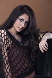 Portret zmysłowa młoda kobieta z kędzierzawym, upaćkanym włosy/ Fotografia Stock