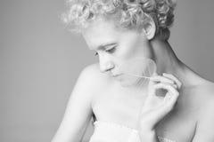 Portret zmysłowa seksowna dziewczyna z suchym liściem w ręce Zdjęcie Royalty Free