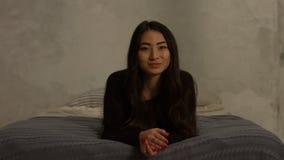 Portret zmysłowy ładny azjatykci dziewczyny ono uśmiecha się zdjęcie wideo