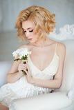 Portret zmysłowy i seksowny czuły blondynki obsiadanie w whit obrazy stock