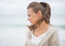 Portret zrelaksowana młoda kobieta na zimno plaży Obrazy Stock