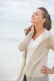 Portret zrelaksowana młoda kobieta na zimno plaży Fotografia Royalty Free