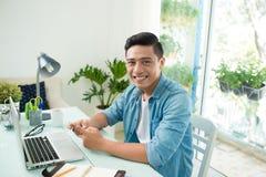 Portret zrelaksowany przypadkowy młody azjatykci biznesowy mężczyzna z compu obraz stock