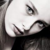 Portret in zwarte met haar Stock Foto