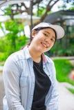Portreta ślicznego młodego niewinnie azjatykciego nastoletniego uśmiechu hapy wyrażenie obrazy stock