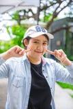Portreta ślicznego młodego niewinnie azjatykciego nastoletniego uśmiechu szczęśliwy wyrażenie obrazy stock