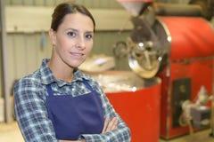 Portreta żeński pracownik fabryczny jest ubranym fartucha Zdjęcie Stock